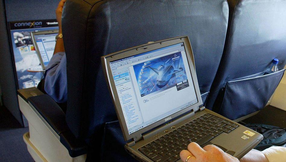 Laptop im Flugzeug (Symbolbild)