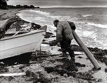 Auf Rollen, unter den Kiel gelegt, zieht Lietzow das Boot ins Wasser