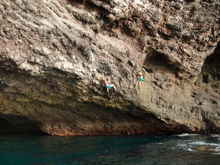 Mutige beim Deep Water Solo auf Teneriffa