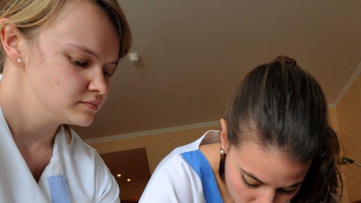 Krankenschwestern aus Spanien: Zweisprachiger Verbandswechsel