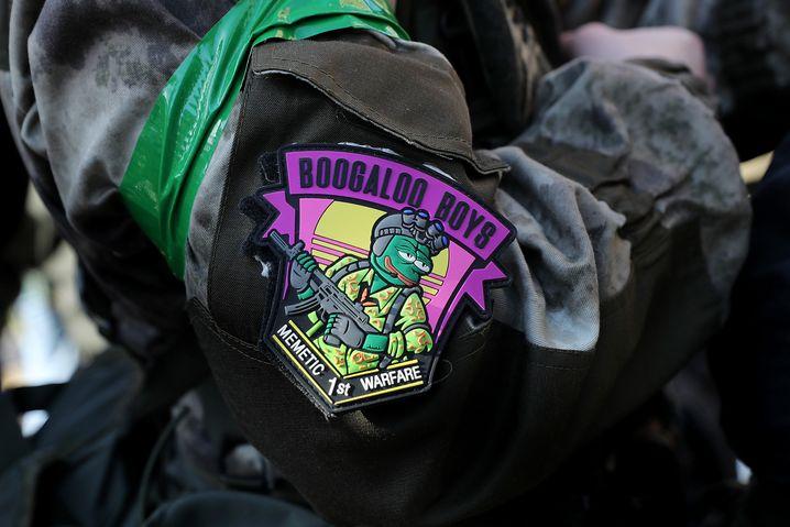 Die grüngesichtige Cartoon-Figur Pepe the Frog ist eines der zentralen Symbole der Anhänger von »thedonald«. Ursprünglich stammt das Symbol aus eher linken Kreisen, doch längst haben es sich Anhänger rechter Gruppen wie hier bei einer Pro-Waffen-Demonstration im Januar 2020 zu eigen gemacht