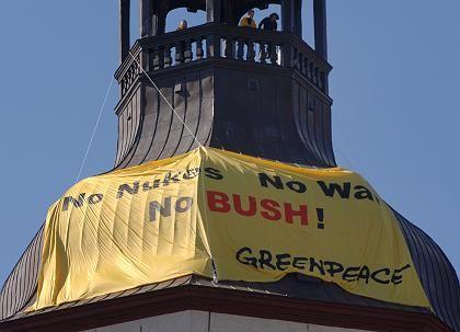 Protest gegen den US-Präsidenten: Greenpeace-Aktivisten haben die Marienkirche in Stralsund erklettert und ein Anti-Bush-Plakat angebracht