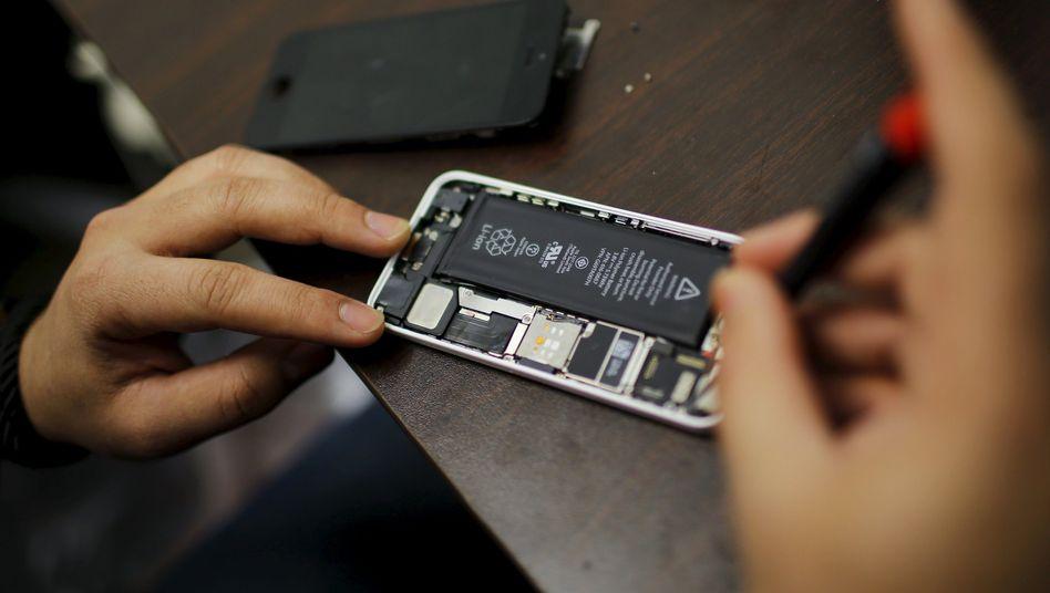 Reparatur eines defekten iPhones (Archiv)