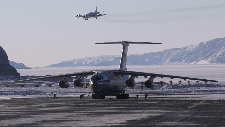 Flugzeug der Nasa und ein Transportflugzeug am US-Militärstützpunkt Thule auf Grönland 2017: Die Insel gehört politisch zu Dänemark