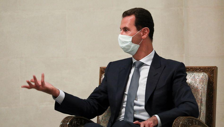 Trägt Mund-Nasen-Schutz – und hat nun auch Impfstoff aus Russland in seinem Land: Baschar al-Assad