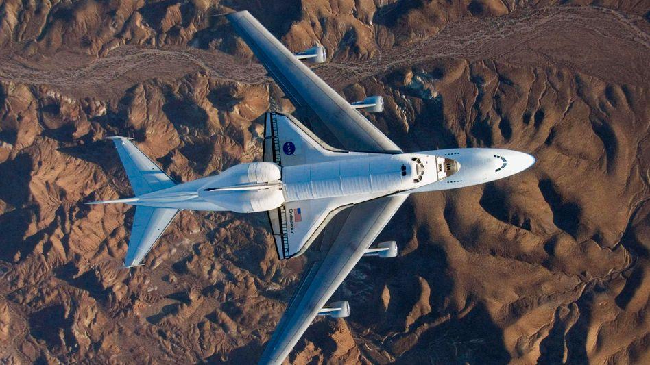 """Shuttle """"Endeavour"""" auf Trägerflugzeug (im Dezember 2008): Unklarer Kurs der Nasa"""