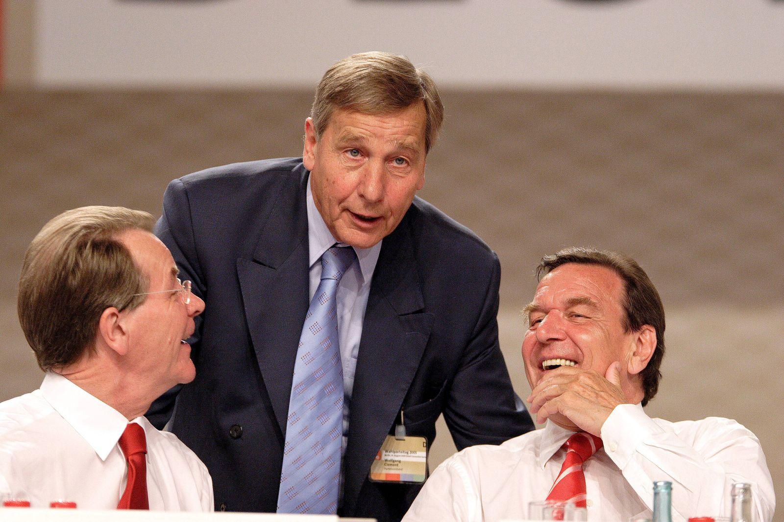 Gerhard Schröder (re., GER/SPD/Bundeskanzler) im Gespräch mit Franz Müntefering (li., GER/SPD-Bundesvorsitzender) und W