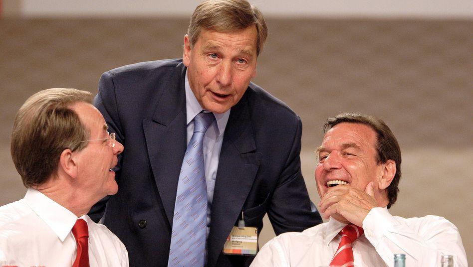 Wolfgang Clement (M.) mit dem damaligen Bundeskanzler Gerhard Schröder (r.) und dem Parteikollegen Franz Müntefering