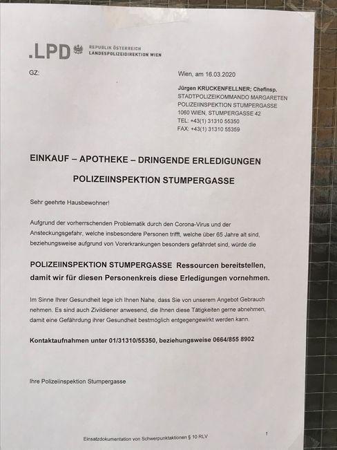 Dieser Aushang an einer Wiener Polizeiwache richtet sich an ältere Menschen
