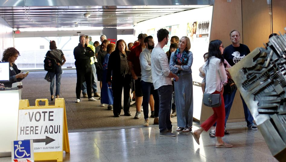 Wähler vor Wahllokal in Arizona