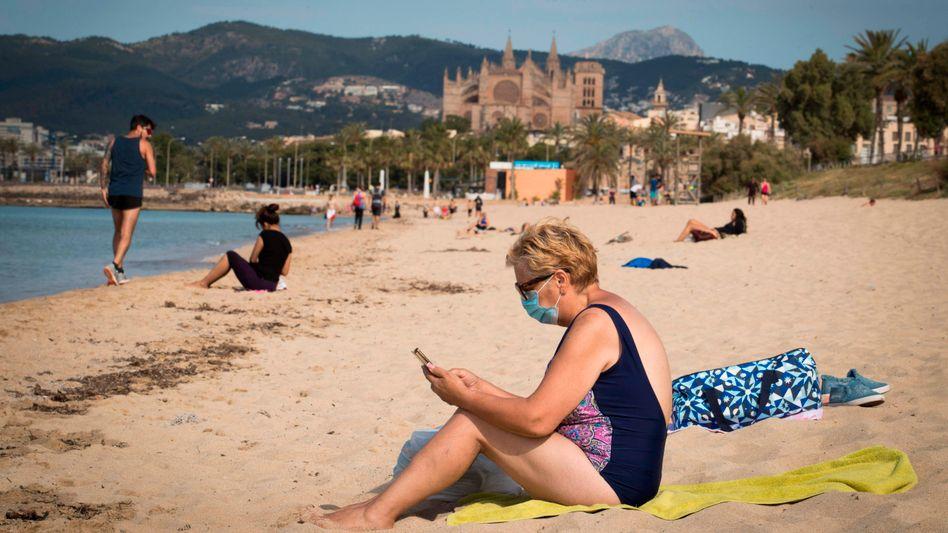 Badegäste am Strand von Mallorca: Temperaturen um die 25 Grad