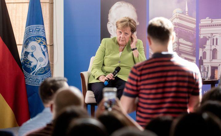 Studenten in Tiflis befragen Merkel