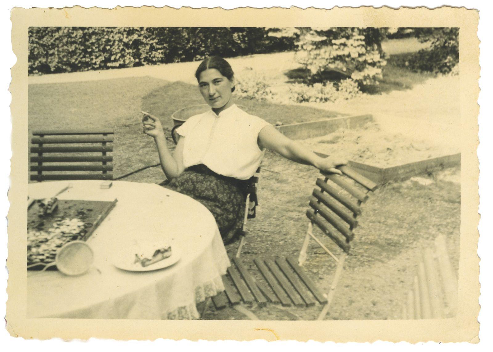 Janny met sigaret, circa 1956