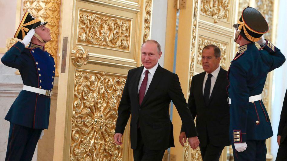 Wladimir Putin, Außenminister Lawrow und Ehrengarde im Kreml (Archivfoto)