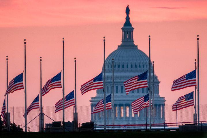 Halbmast wider Willen: US-Trauerbeflaggung für John McCain 2018