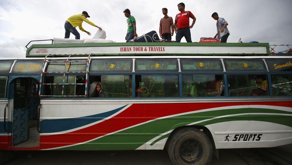 Bus in Katmandu: Bisher fest in Männerhand und kein Spaß für Frauen
