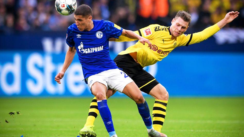 Schalkes Amine Harit (l.), Dortmunds Lukasz Piszczek: Viele Chancen, keine Tore