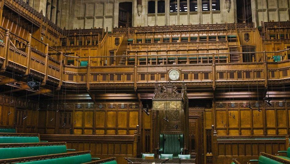 warum stehen die abgeordneten im englischen unterhaus immer auf