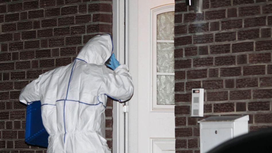 Ein Beamter der Spurensicherung am Tatort in Niederkrüchten