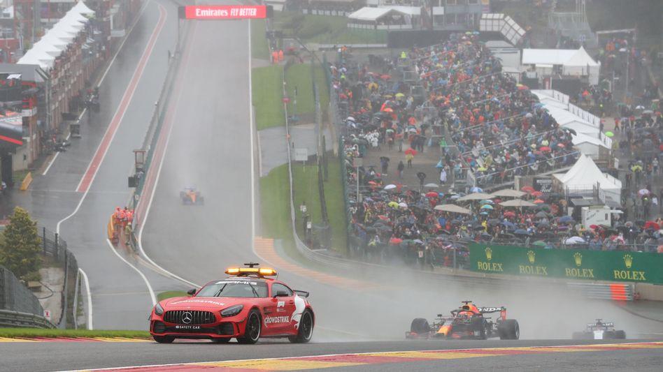 Vorn das Safety-Car, dahinter die F1-Wagen, so ging es zwei Runden – dann war es vorbei