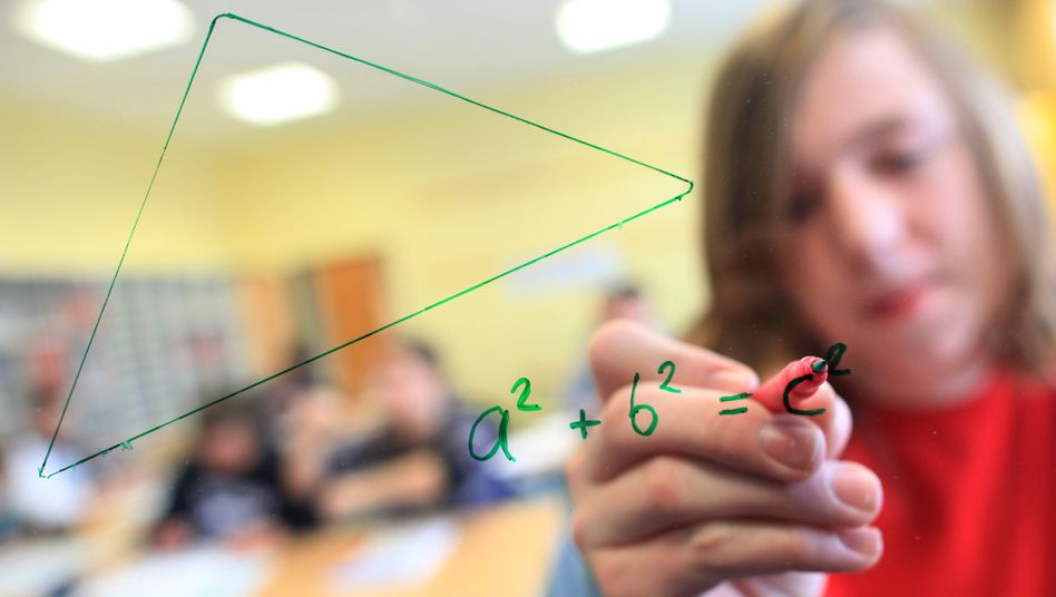 Schüler im Mathematikunterricht in Arnsberg (Sauerland): Es wird dauern, bis es in Klassenzimmern wieder so aussieht wie vor der Coronakrise