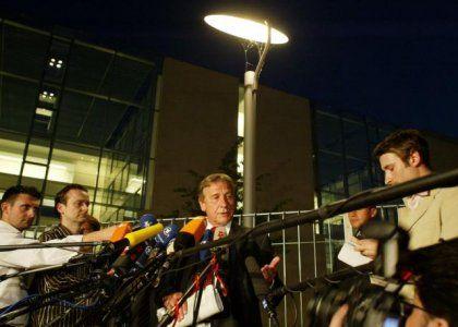 Wirtschaftsminister Clement mit Journalisten vor dem Kanzleramt: Medien-Menschelei versus Alltagshärte