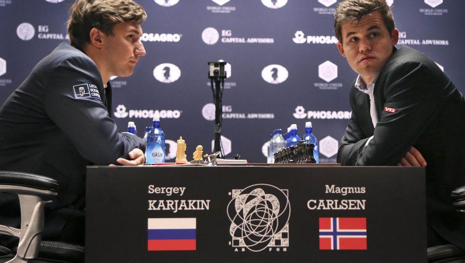 Magnus Carlsen (r.) beißt sich weiter die Zähne aus