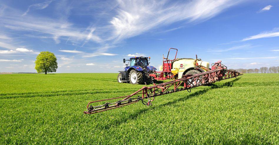 Traktor mit Feldspritze bringt Pestizide aus (Sachsen-Anhalt)