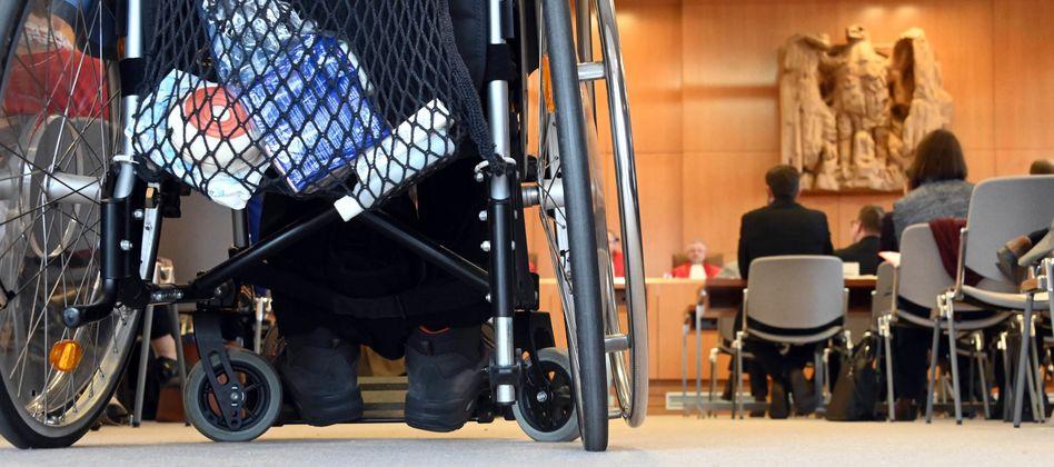 Ein Rollstuhlfahrer bei der Verhandlung über die Teilnahme von Menschen mit gerichtlich bestellter Betreuung an der Europawahl.