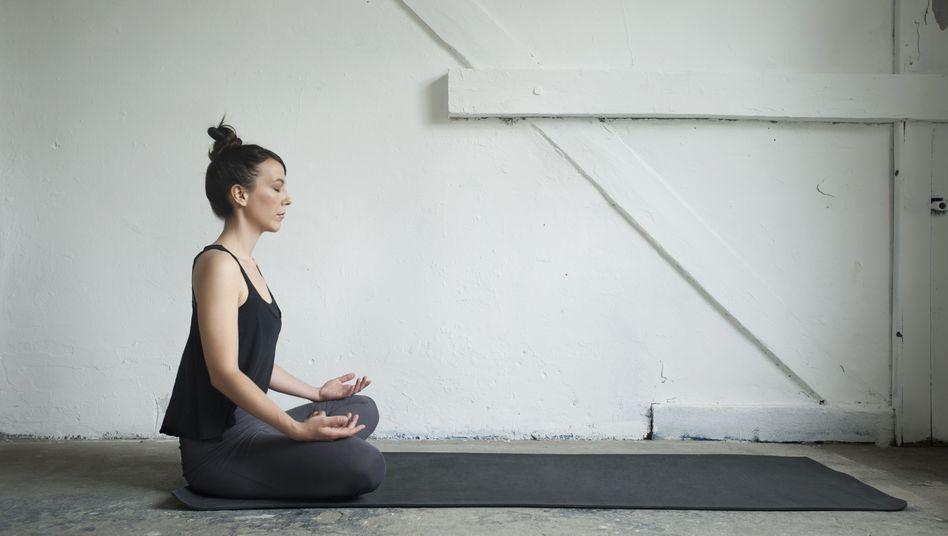Frau in Münchner Yogastudio: per Klick zur Lieblingsmeditation