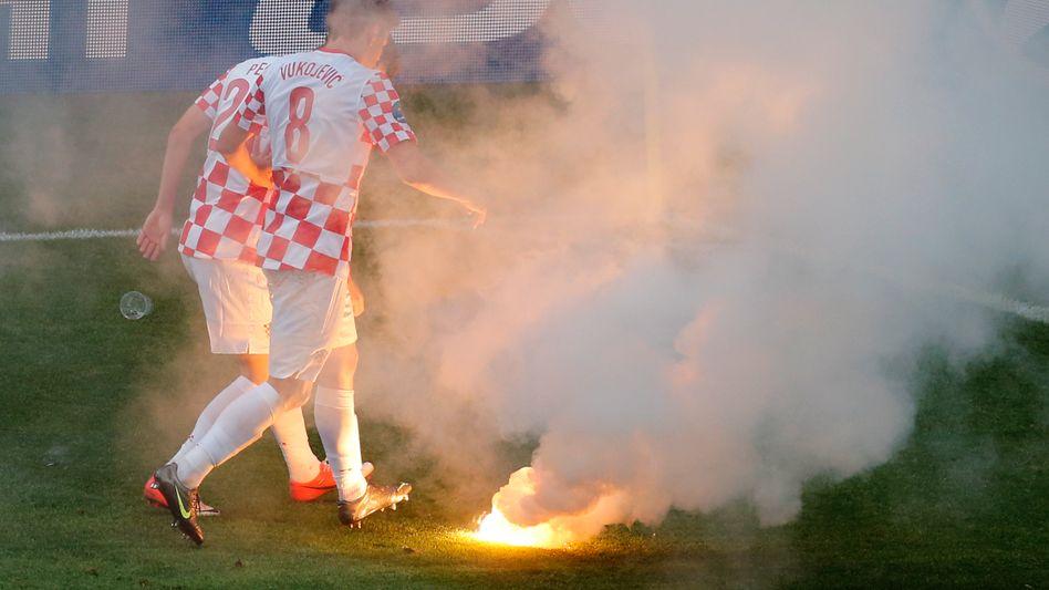 EM-Spiel gegen Italien: Kroatische Spieler treten ein bengalisches Feuer aus