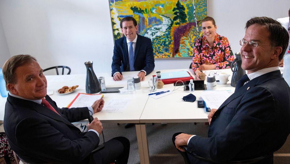 Die sparsam argumentierenden Vier: Der niederländische Premier Mark Rutte (r.), sein schwedischer Amtskollege Stefan Lofven (l.), Österreichs Kanzler Sebastian Kurz und Dänemarks Premierministerin Mette Frederiksen