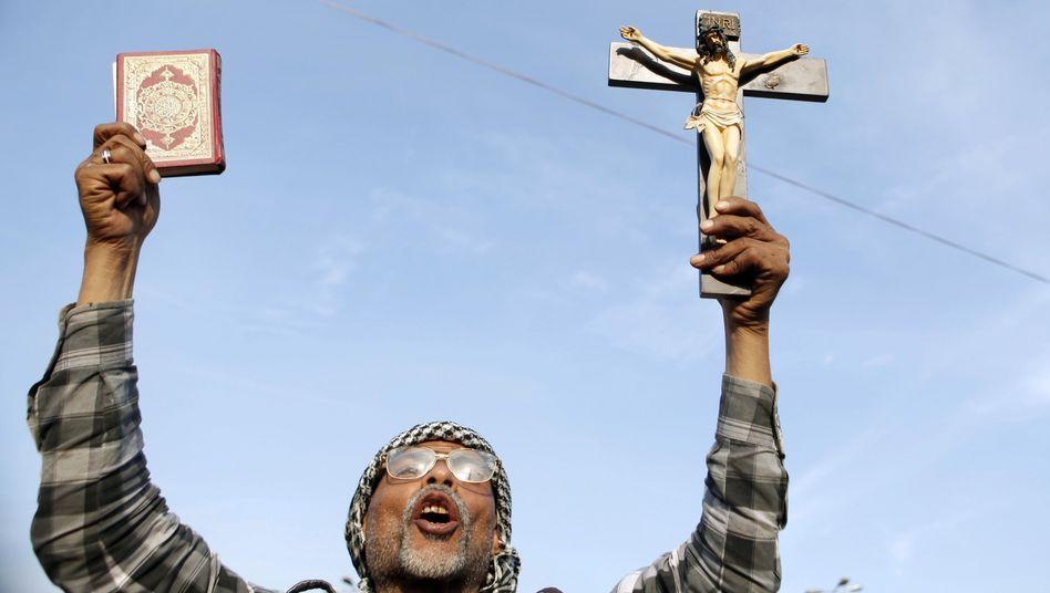 Ägypter mit Koran und Kreuz (2012)
