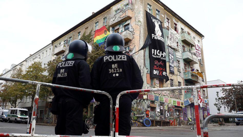 Polizeikräfte vor dem Haus Liebigstraße 34 im Bezirk Friedrichshain-Kreuzberg: Räumung soll am Freitagmorgen wie angekündigt stattfinden