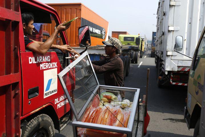 Staugeschäfte in Jakarta: Frisches Obst für genervte Fahrer