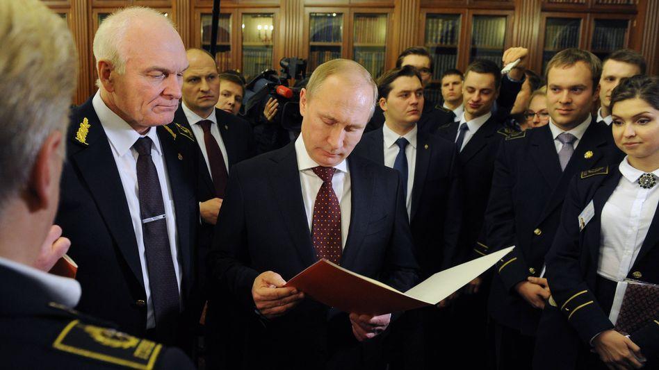 Litwinenko (links neben Putin im Bild) bei einem Besuch des russischen Präsidenten
