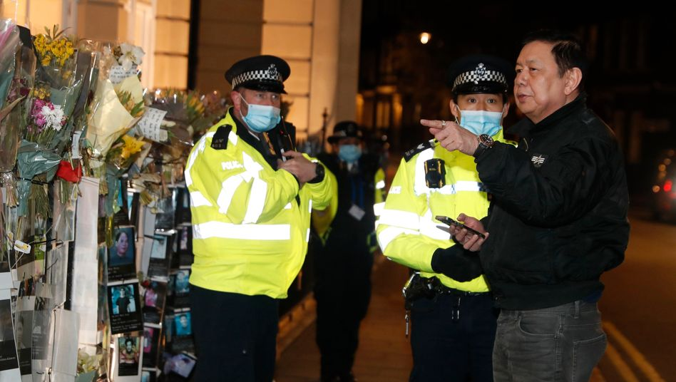 Myanmars Botschafter Kyaw Zwar Minn spricht mit Polizisten vor der Vertretung in London