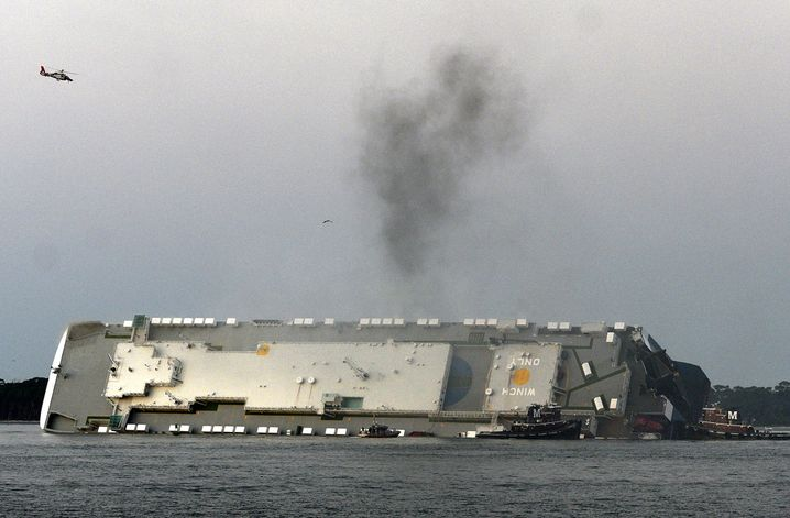 Rauch über dem Schiff: Derzeit zu gefährlich für weitere Rettungsaktionen