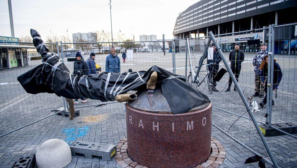 Unbekannte sägten in der Nacht zum Sonntag die Bronzestatue Ibrahimovics oberhalb der Füße ab