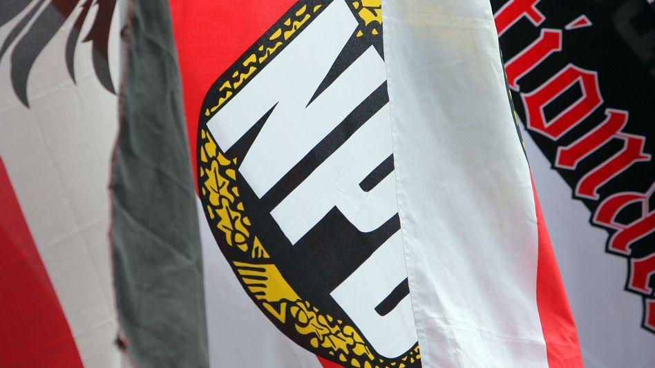 Fahne mit NPD-Logo (Archivbild)