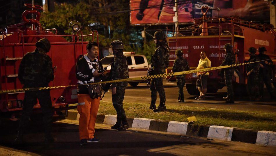 Soldaten riegeln das Einkaufszentrum in Nakhon Ratchasima ab
