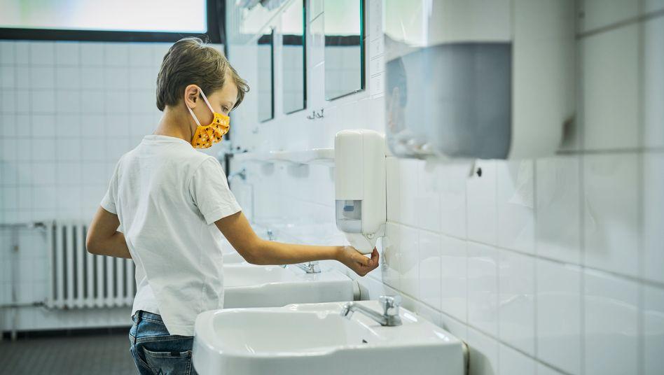 Junge beim Händewaschen