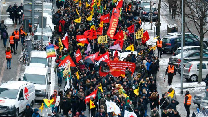 Kurden-Demonstration in Hannover: Verbotene Symbole, verbotene Parolen