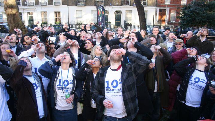 Protestaktion: Überdosis gegen die Homöopathie