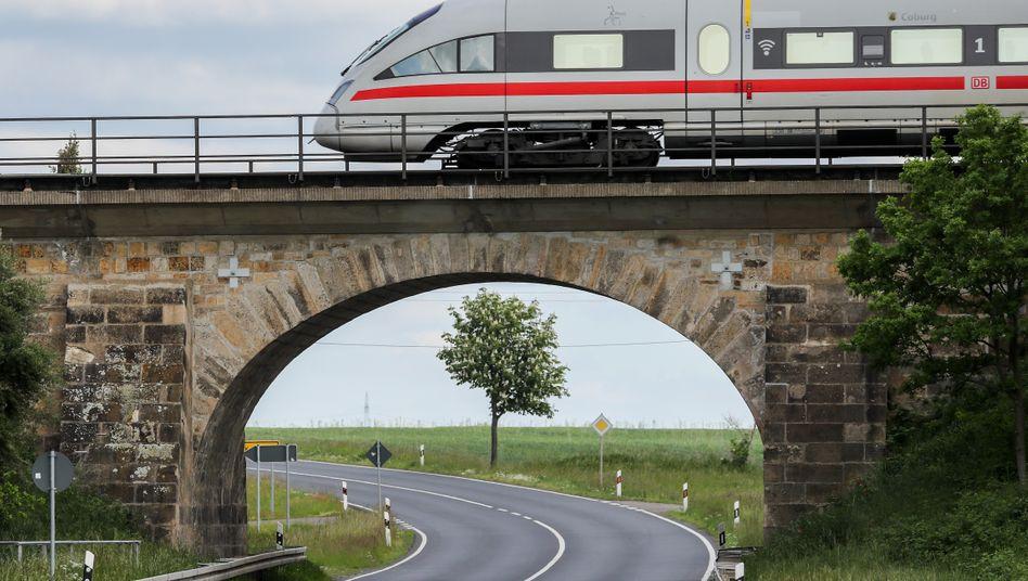 ICE auf der Eisenbahnbrücke bei Wurzen.