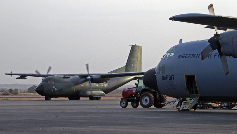 Eine Transall-Maschine der Bundeswehr landet in Bamako: Hilfe im Kampf gegen Islamisten
