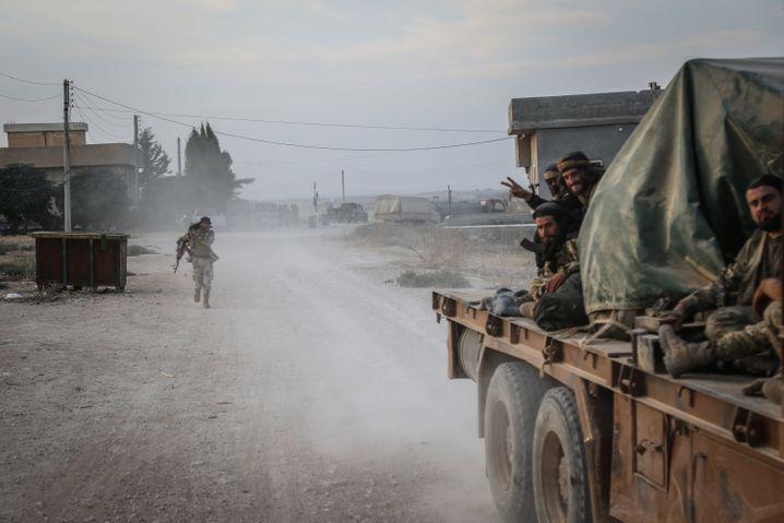 Syrien, Tell Abiad: Soldaten der türkisch unterstützten syrischen Nationalarmee.