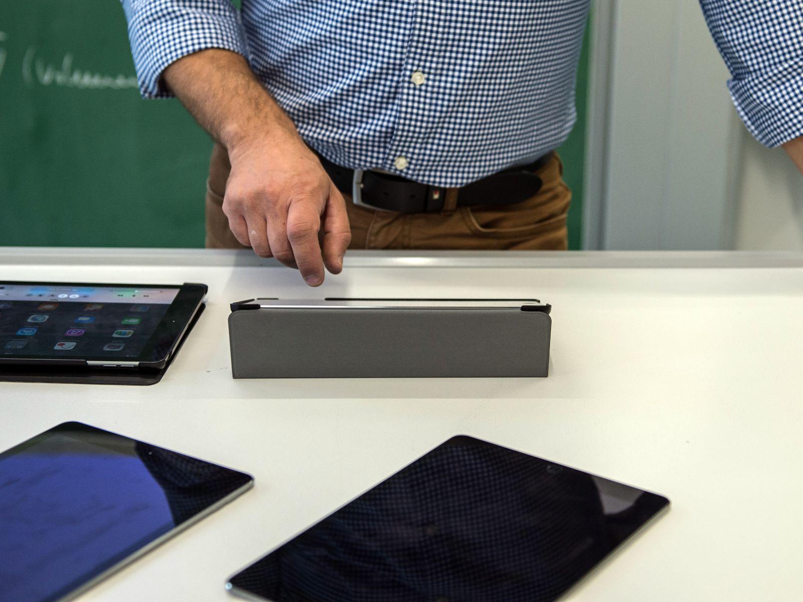 Digitalpakt für Schulen - Lehrer mit Tablet