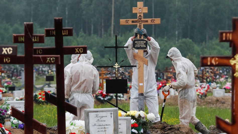 Beerdigung von Corona-Opfern in Russland (am 10. Juni): Die Zahlen steigen in vielen Ländern der Welt