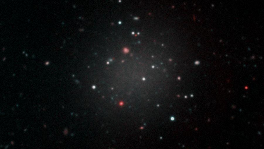 """Dieses Bild der transparenten Galaxie """"NGC1052-DF2"""" entstand aus Aufnahmen verschiedener Teleskope"""
